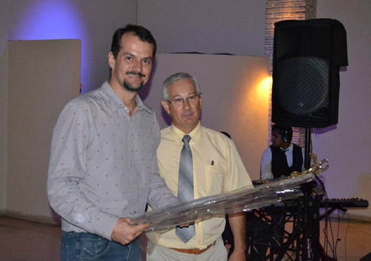 Gerente de Produtos e Serviço Técnicos da Merial, Carlos Jeovane Pereira, foi homenageado no jantar APA 2011