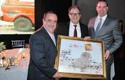 Cobb-Vantress formaliza homenagem aos 50 anos da Granja Tres Arroyos, da Argentina