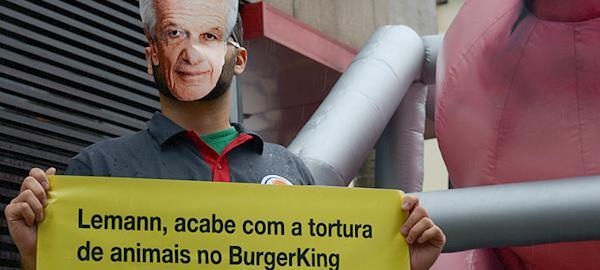 São Paulo: Ativistas pedem fim do uso de gaiolas na produção de aves e suínos