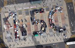 Carros do rally europeu de veículos elétricos formam um 1,5°C gigante na frente do prédio da ONU