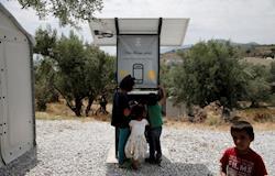 Projeto entrega cabines de energia solar para refugiados recarregarem seus aparelhos