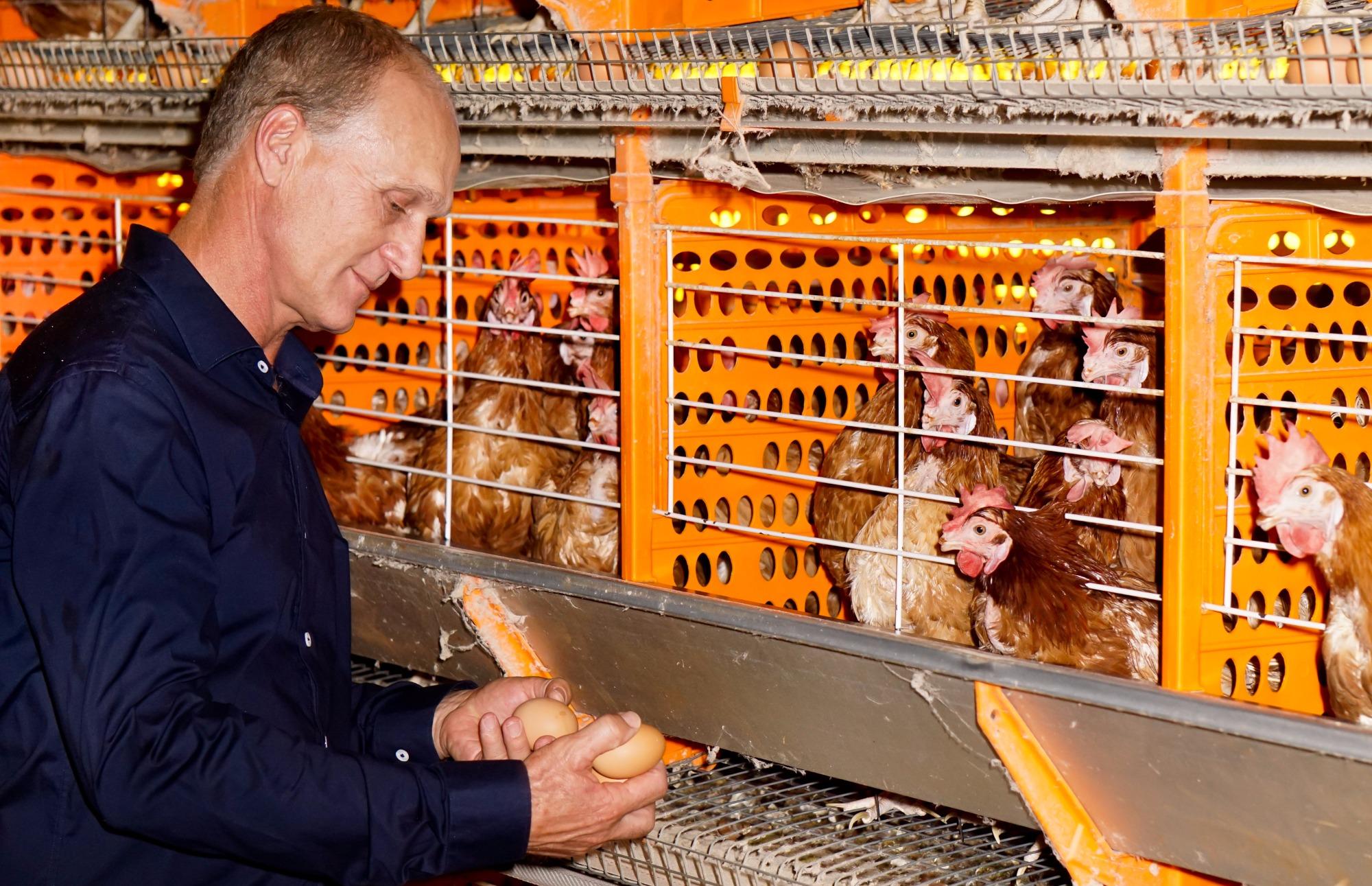 Avicultor paranaense abastece veículo com biocombustível feito com dejetos de animais