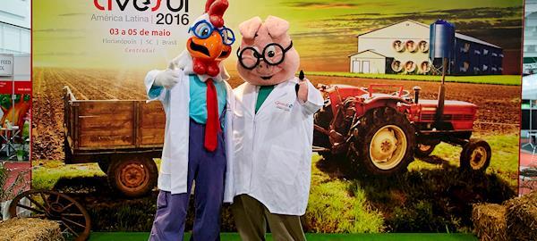 Há mais de 10 anos, mascotes da Gessulli Agribusiness tiram dúvidas técnicas e recebem com alegria os visitantes da AveSui