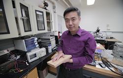 Professor usa restos de madeira para criar piso que gera energia
